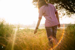 Tắm nắng đúng cách để nhận đủ vitamin D mà không bị cháy nắng